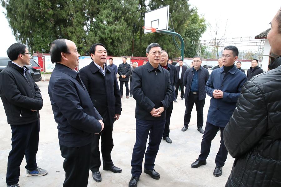 何ping来我xian调研重点项mu建设、基层党建和tuo贫gongjian工作